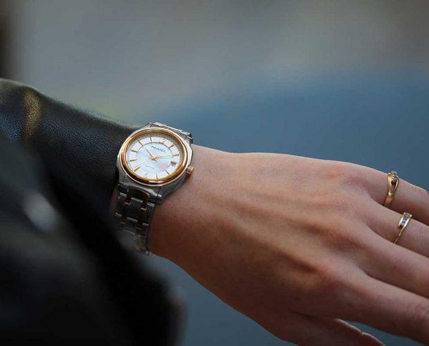Prisma Envie dameshorloge edelstaal bicolor parelmoer datum aanduiding saffierglas stijlvol goud